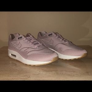 best service 4468b ee875 Nike Shoes - Nike Womens Air Max 1 SI Sneakers AO2366- 600